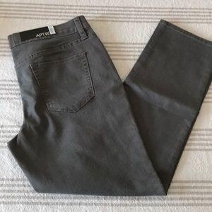 🎀 3/$12 🎀 NWT grey skinny jeans